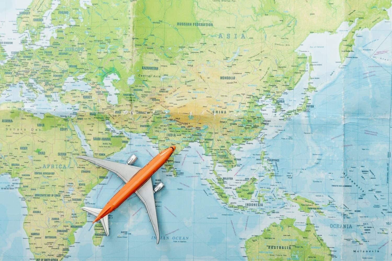 Draufsicht auf Kleines Flugzeug auf Weltkarte