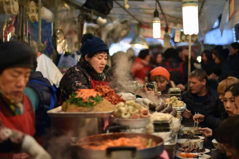 Nachhaltig Reisen mit Einheimischen Zusammen Essen
