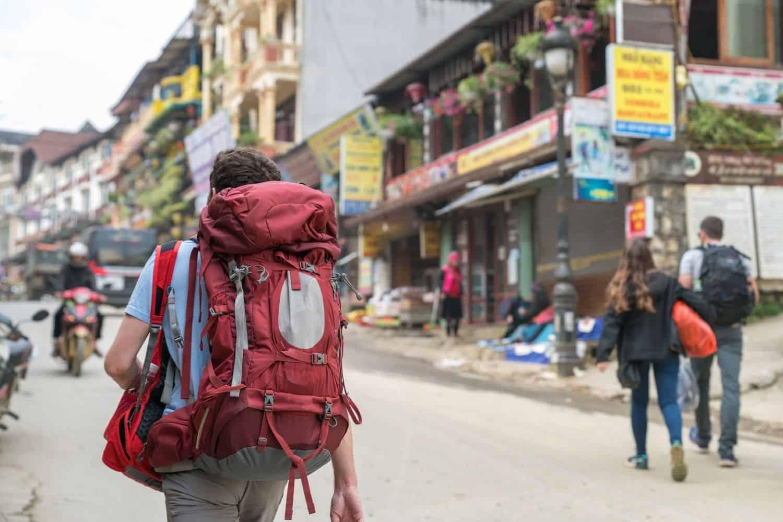 Backpacker auf der Strasse